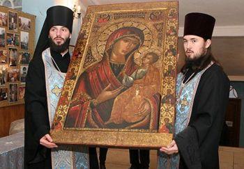 Церквям хотят вернуть книги ииконы из музеев