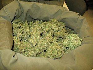Мешок с марихуаной правоохранители нашли в гараже