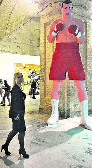 В Киеве появился 5-метровый Кличко и бабушка из силикона