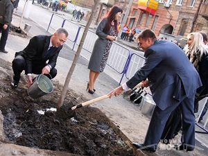 Депутаты сажали деревья под аккомпанемент оркестра