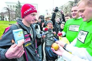 Депутаты меняли сигареты на яблоки