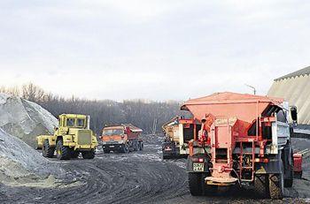 Коммунальщики посыпают дороги солью и песком на всякий случай