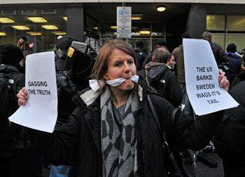 Сторонники WikiLeaks объявили первую кибервойну