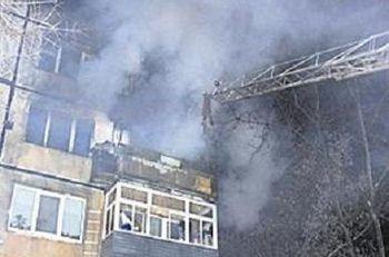Спасая сына в пожаре, женщина выбросила его из окна