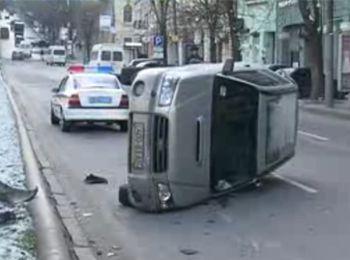 ДТП в Днепропетровске: при столкновениии автомобилей один из них перевернулся