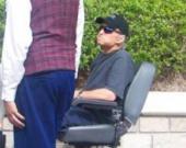 Майкл Дуглас передвигается в инвалидной коляске