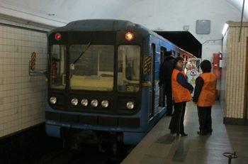 В киевском метро мужчина прыгнул на рельсы