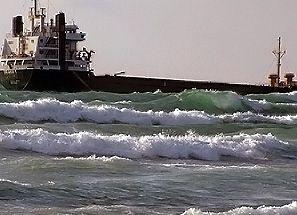 У берега Крыма нашли разлив нефтепродуктов там, где сухогруз сел на мель