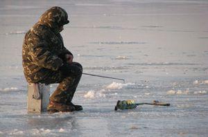 Семь рыбаков спасли с дрейфующей льдины