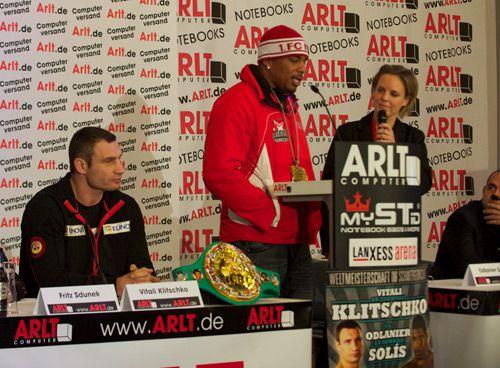 Виталий Кличко победил Одланьера Солиса на дуэли взглядов