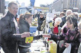 На Пасхальной ярмарке днепропетровцы покупают куличи, яйца и... гречку