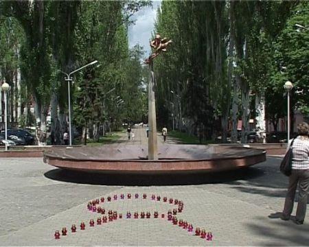 В центре Днепропетровска развернули одеяло с именами умерших от СПИДа