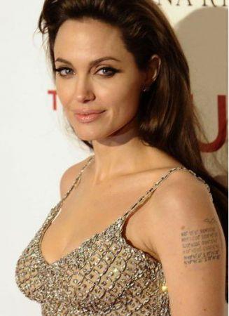 Голливудские комплексы: Анджелина Джоли страдает от слишком больших губ, а Джессика Альба недовольна своей грудью.