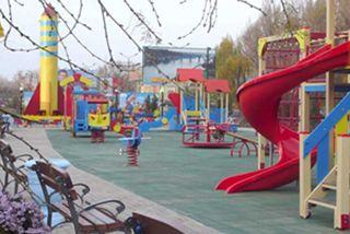 Жителям Мирного построили детскую площадку с «ограничениями»