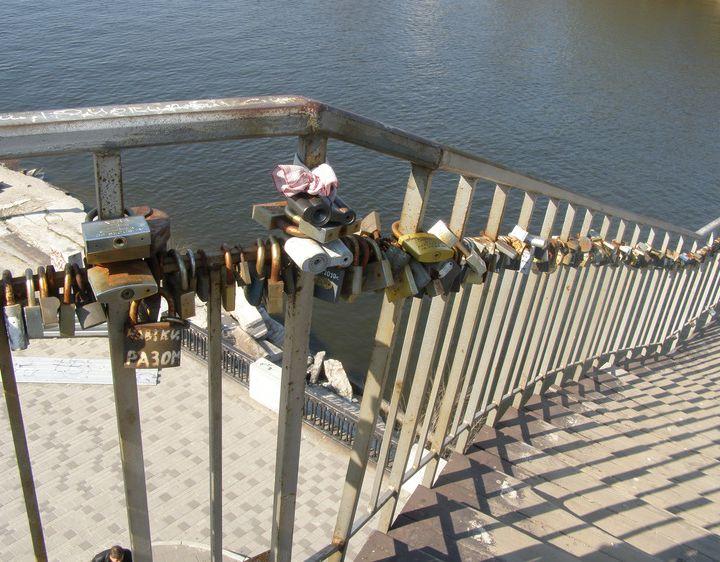 С моста на Монастырский срезали все свадебные замочки