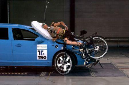 Компанию Volvo наградили за внешнюю подушку и попросили упростить жизнь автовладельцев