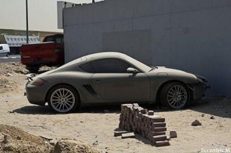 Брошенные роскошные суперкары пылятся на улицах Дубая