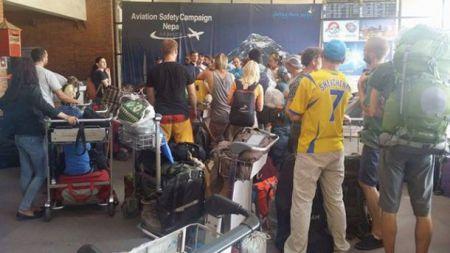 У літака, що евакуював українців з Непалу, пробило колесо