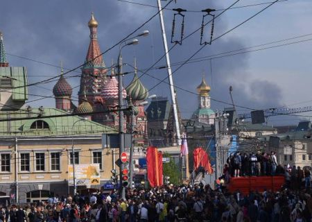 В Москве во время парада начался пожар: горят склады, дым виден над Красной площадью