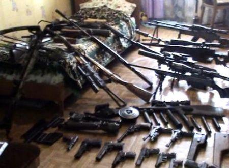 В Днепропетровске у мужчины изъяли георгиевские ленты и целый арсенал оружия