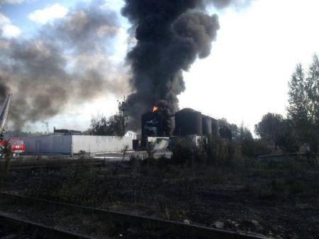 На нефтебазе под Киевом продолжают гореть 14 емкостей с топливом