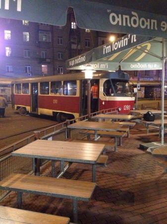 В Днепропетровске трамвай сошел с рельс и врезался в забор фаст-фуда (ФОТО)