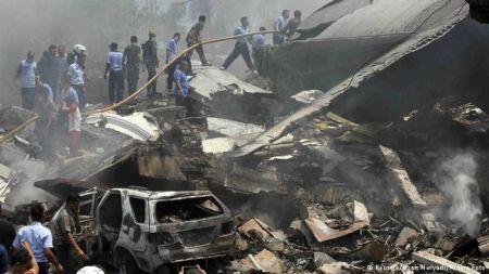В Индонезии самолет упал на жилую застройку, десятки жертв
