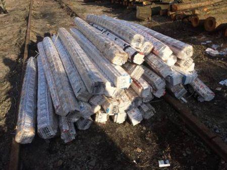 СБУ нашла 25 тыс. пачек сигарет, спрятанных в бревнах (Фото)