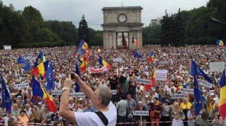 Майдан в Кишиневе: тысячи человек вышли на акцию протеста