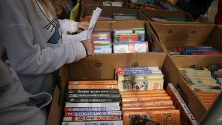 Скандал с новыми учебниками: их не выдали в школах, зато продают на рынках