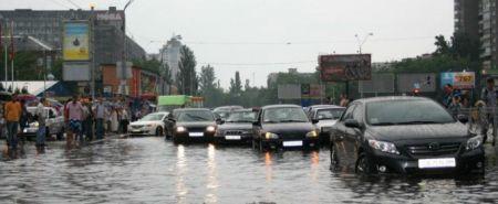 В Киеве из-за шторма падали деревья, летали палатки и разбивались машины