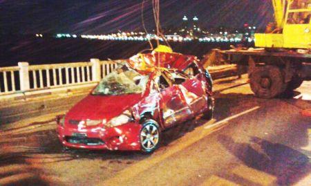 Автомобиль упал с Нового моста в Днепр: ночью произошло страшное ДТП (ФОТО)