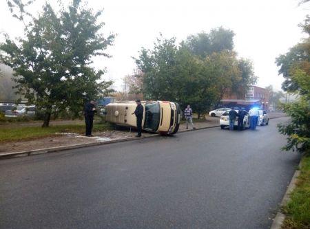 В Днепре перевернулась машина скорой помощи