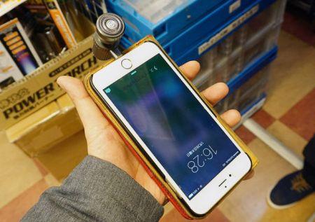 Японцы придумали насадку в виде бритвы для iPhone