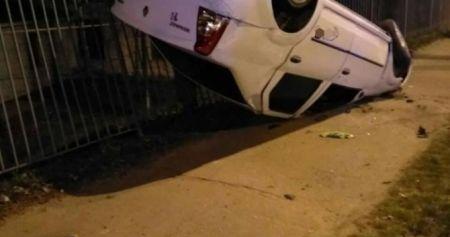 В Днепре пьяный водитель въехал в забор и перевернулся
