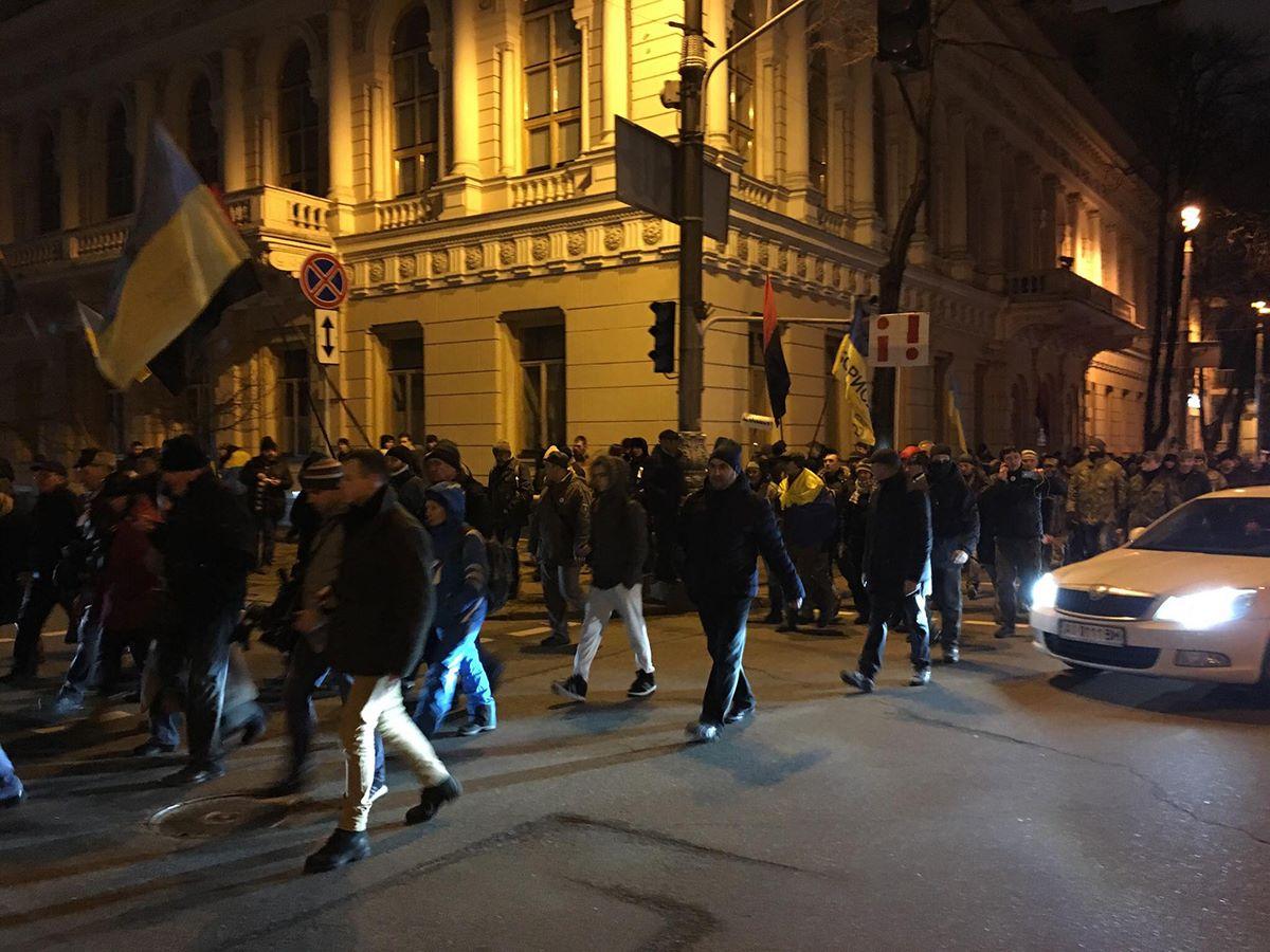 После неудачной попытки пройти к Октябрьскому дворцу, все пошли на Грушевского