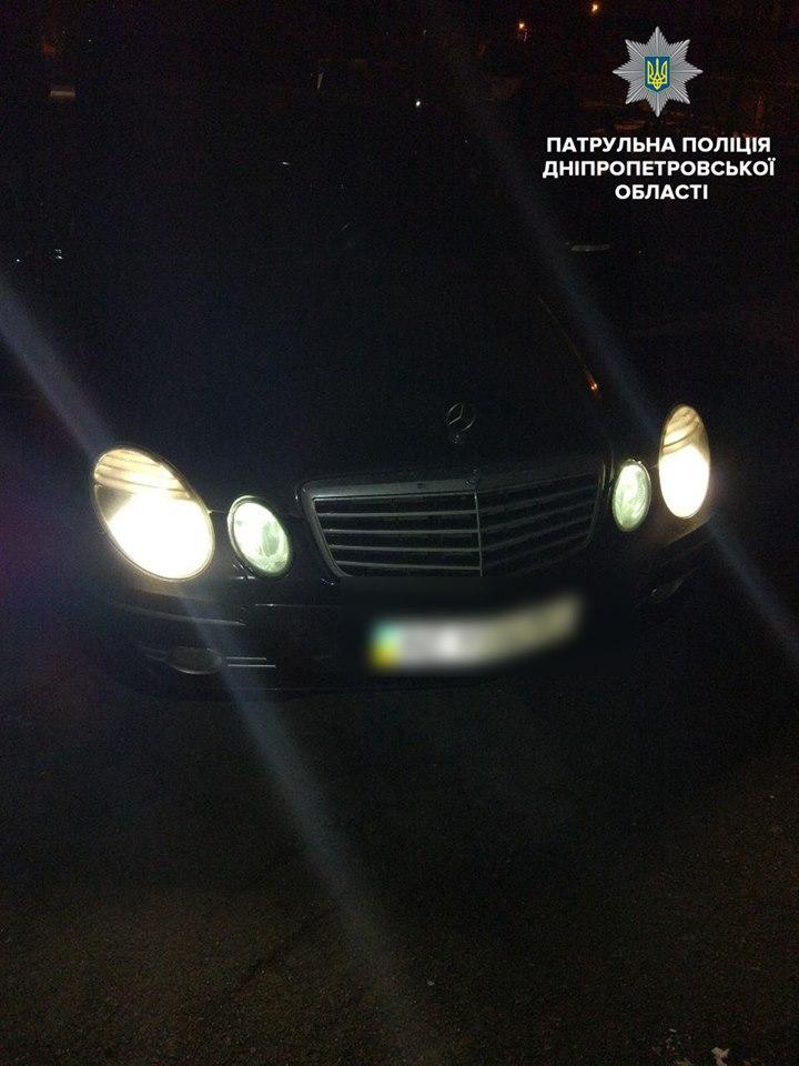 Патрульные объявили перехват Mercedes, вследствие чего злоумышленники были задержаны