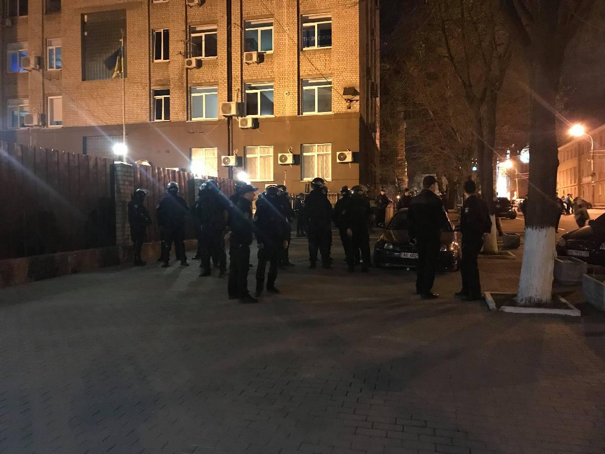 Футбольные болельщики кидали камни, петарды, бутылки и взрыв-пакеты в полицию во время столкновения