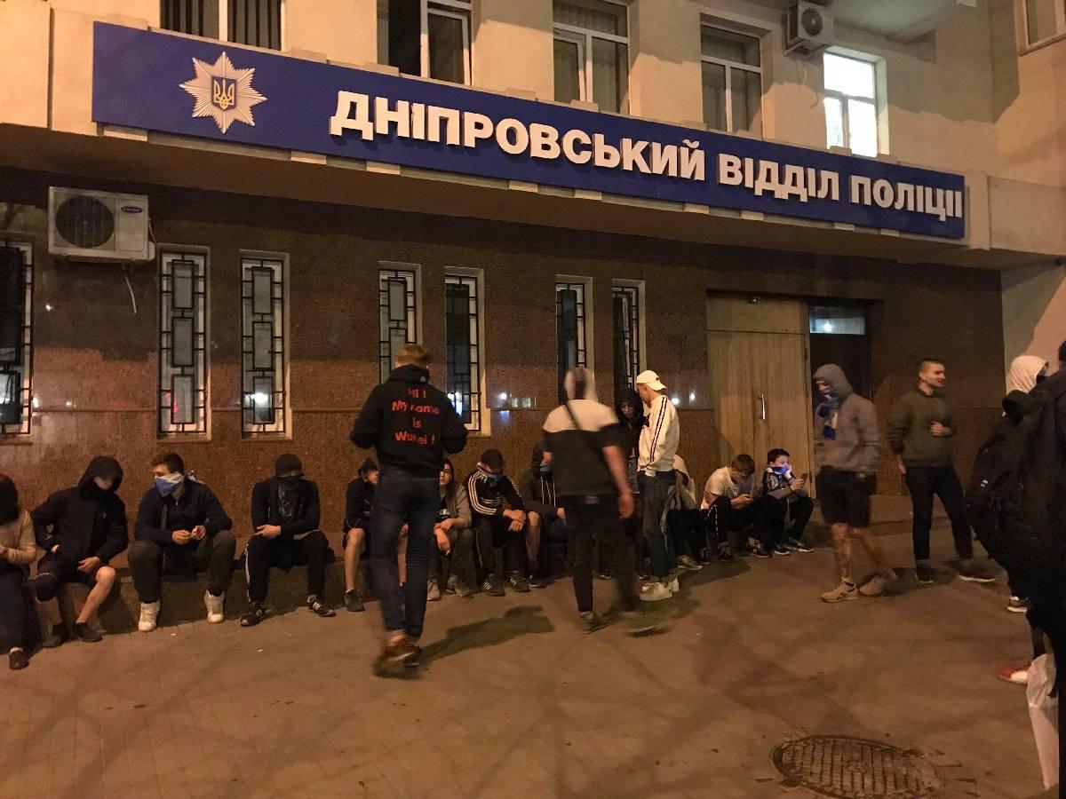 Вследствие этого, под зданием УПП собралась толпа фанатовФК Днепр, которые хотели, чтобы их друзей и однополчан отпустили