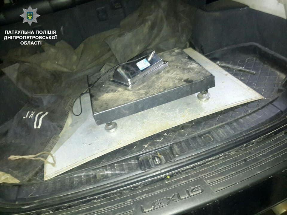 В багажнике автомобиля обнаружили другие детали
