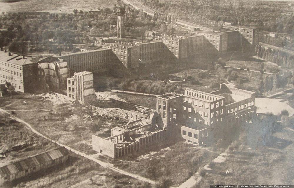 Разрушения, причиненные учебному корпусу ДИИТа и студенческому городку были громадными: первый блок, кинозал, трехэтажное здание библиотеки были полностью разрушены, общежития повреждены.