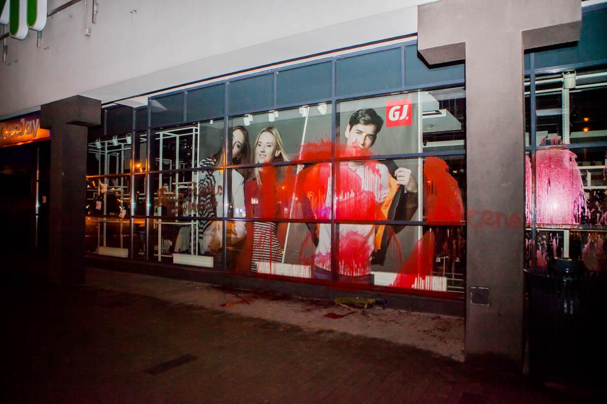 Краской облили всю витрину магазина