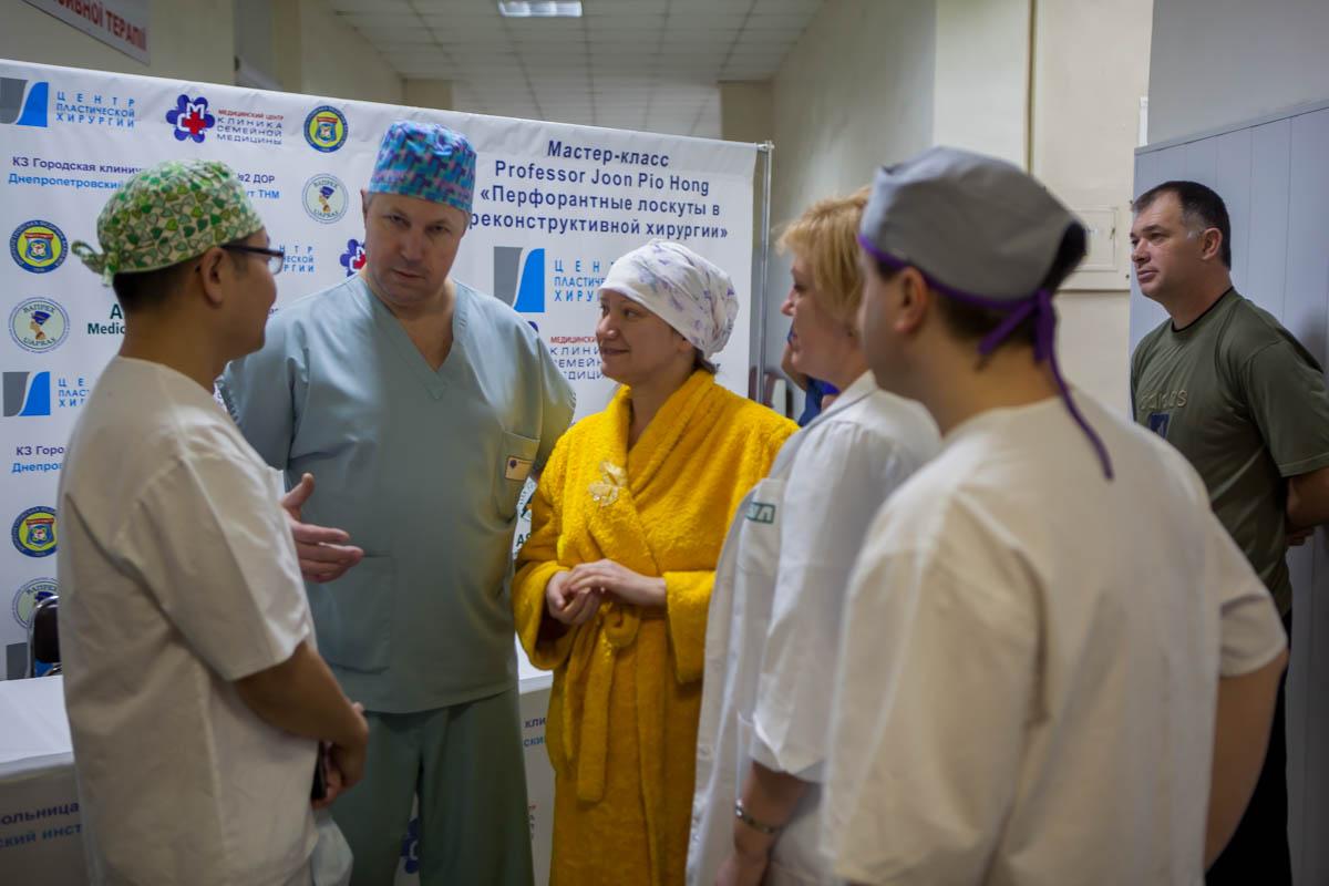 В Центр термической травмы и пластической хирургии приехал корейский хирург Джун Пио Хонг