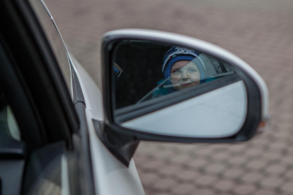 Счастливый ребенок за рулем патрульной машины