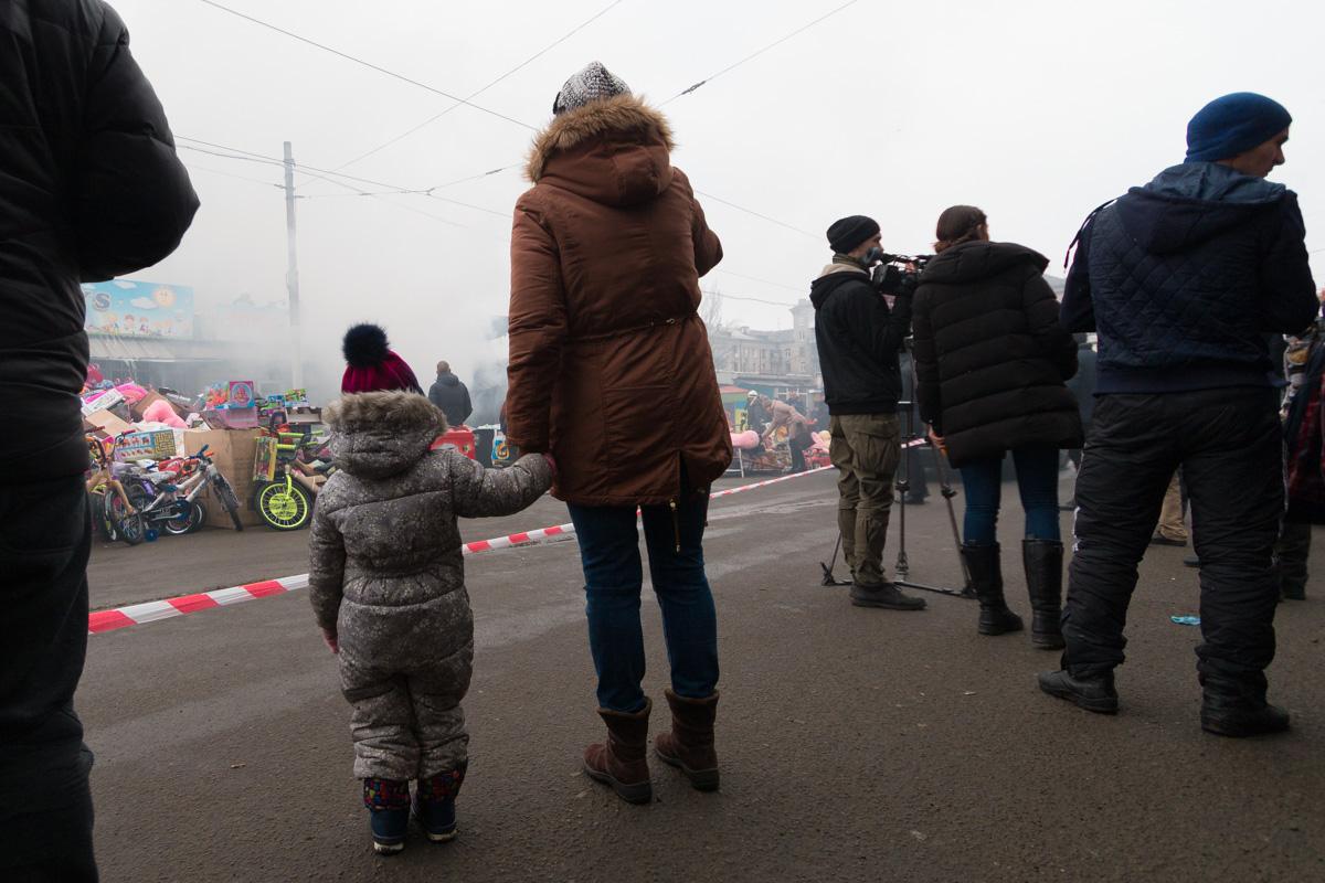 Возле места происшествия собрались сотни людей