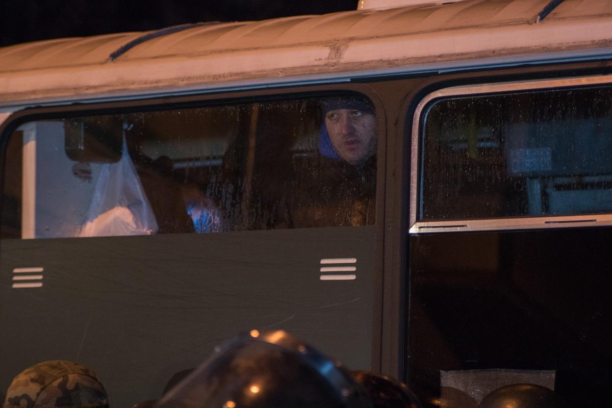 Перед зданием СБУ за спинами силовиков стоял автобус спецсназовцев