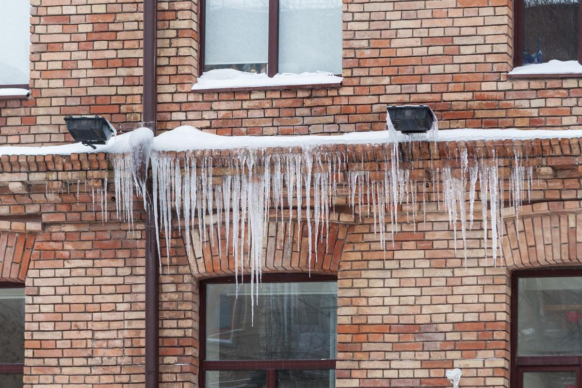 Сейчас, в зимнюю пору, стены здания украшены ледяными наростами