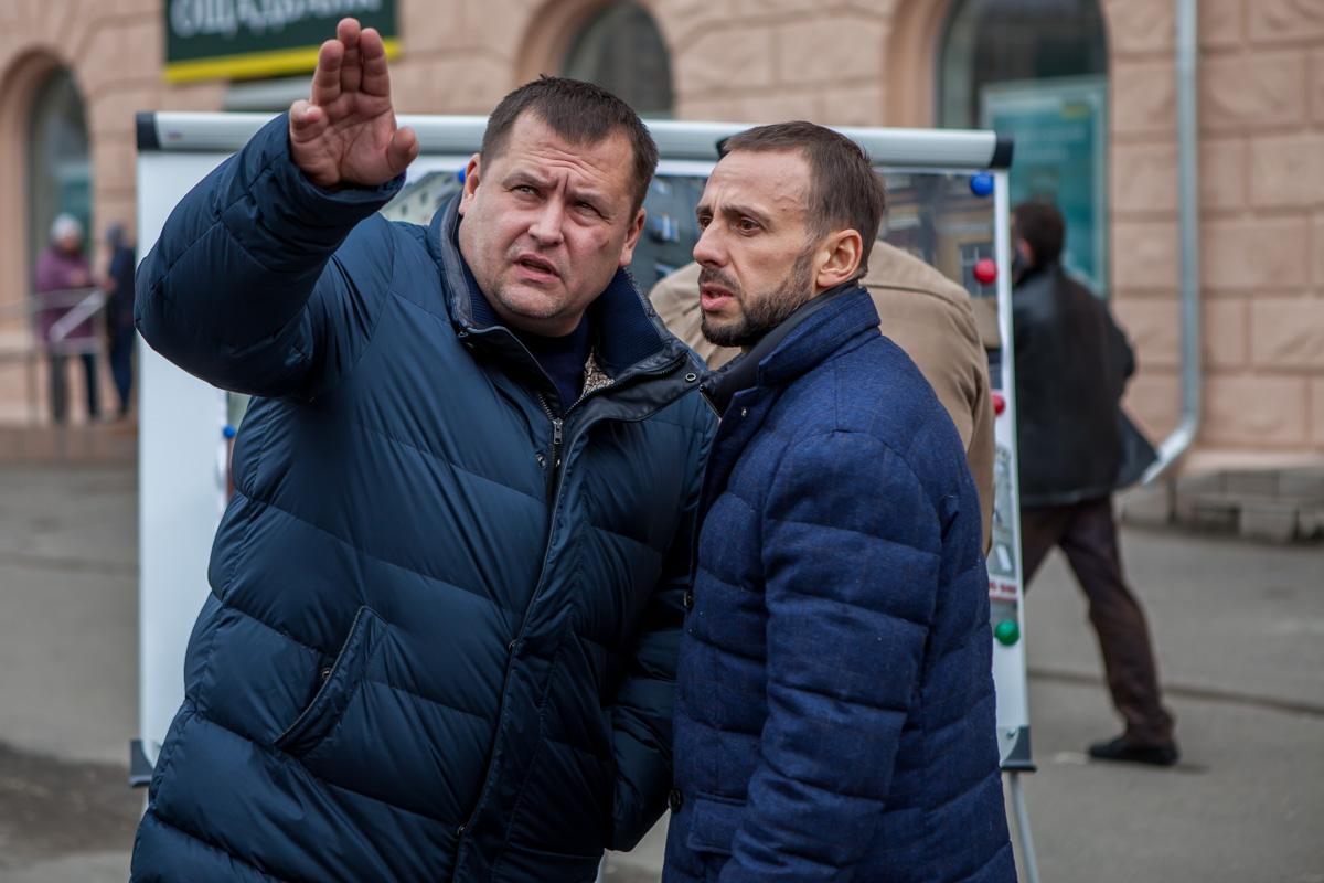 Городской голова Борис Филатов исоветник мэра Максим Кучугура проверили ход работ на Вокзальной площади