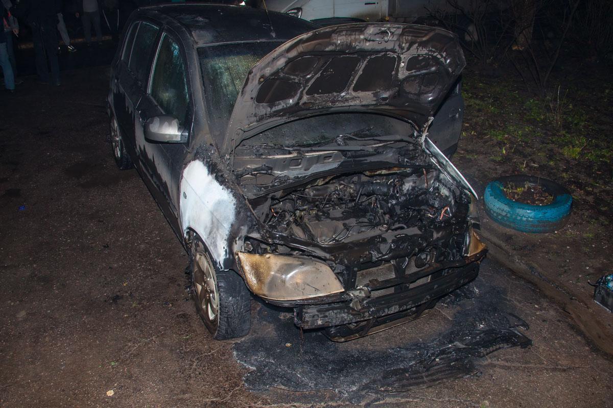 Основной урон пришелся на переднюю часть автомобиля