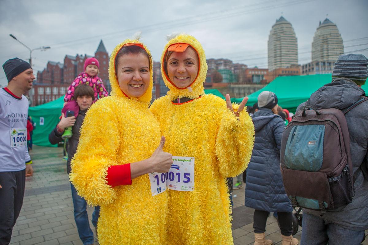 Почти все придерживались условия - пришли одетыми в элементы новогодних костюмов